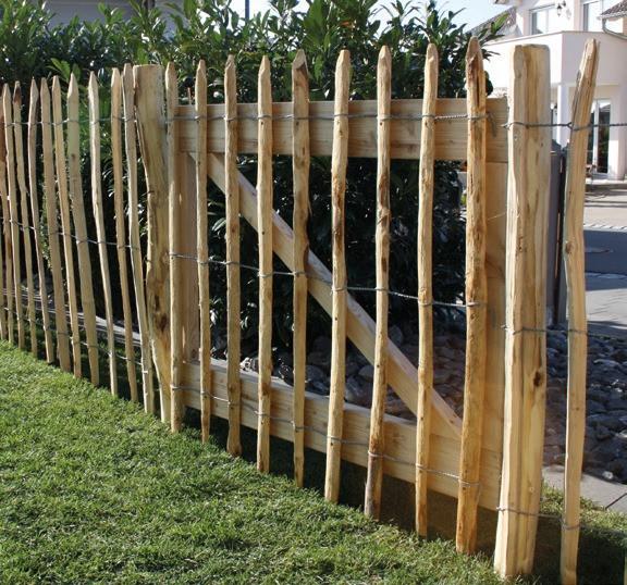 Zahradní branka ke kaštanovému plotu