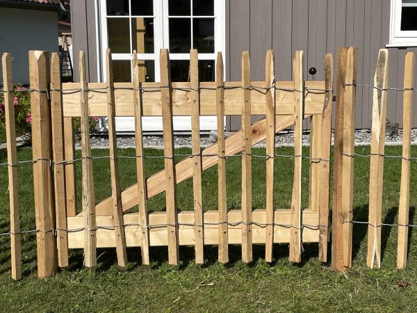 Zahradní branka k akátovému plotu v rolích